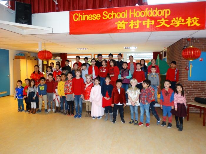 Leerlingen van de Chinese School Hoofddorp samen met directrice Ah Ling Yang