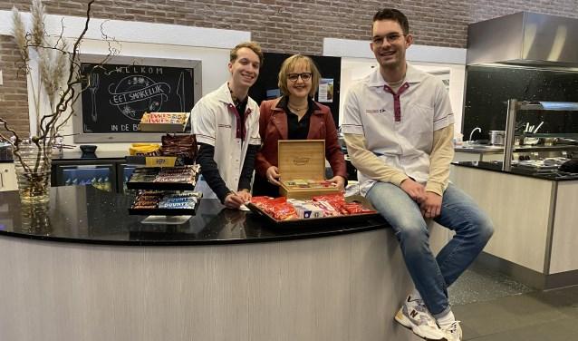 Groepsleerkrachten Jander de Blauw, Bert van Oostende en schooldirecteur Irma Blok doen met De Wegwijzer vrijwilligerswerk bij Woonzorgcentrum Elim.