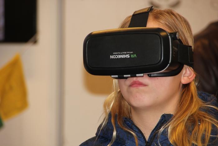 Bezoeker Open Dag Lyceum Oudehoven bekijkt de wereld via een VR-bril