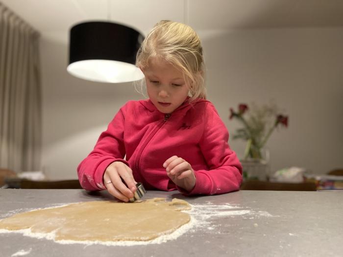 Janne bakt koekjes