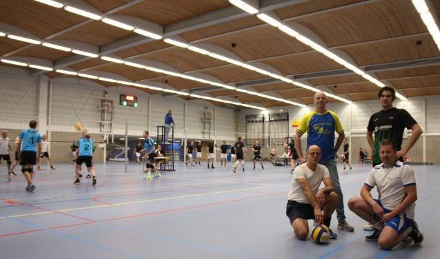 Voor Gerard Koopman, Lars Mouw (boven), Meo Broekhuizen en Albert Mouw (onder) is bedrijfsvolleybal op dinsdag vaste prik.