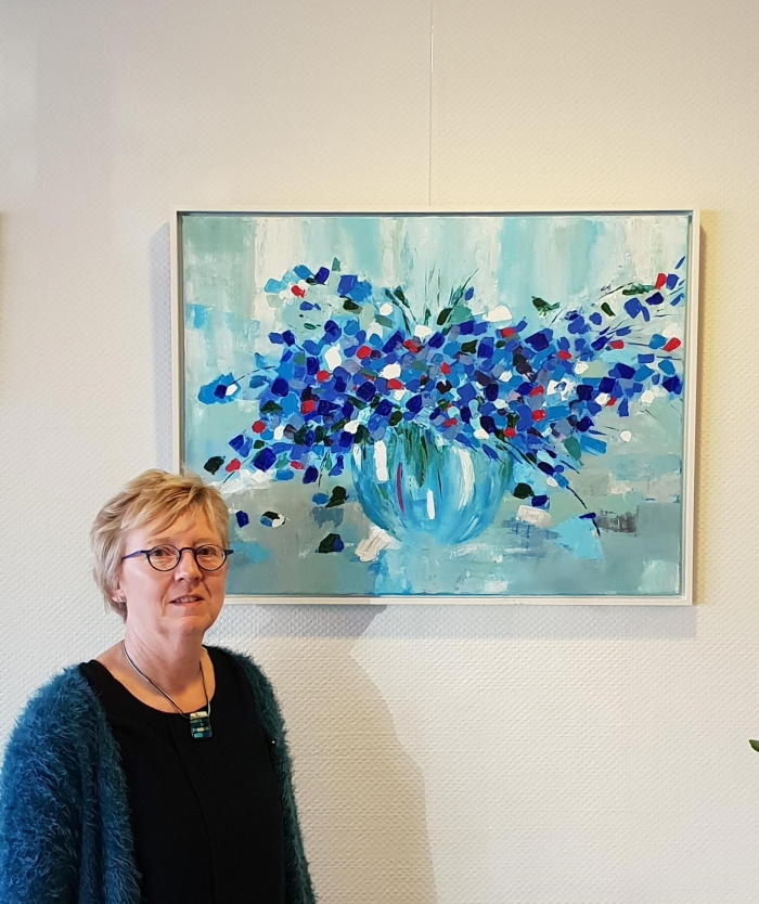 Anja Hollaar bij één van haar werken, te zien bij Hof van Sliedrecht