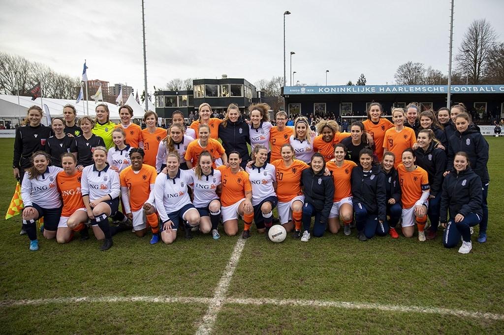 Haarlem - De Ex Leeuwinnen voetballen de nieuwjaarswedstrijd tegen de Koninkijke HFC Dames Michel van Bergen © BDU media