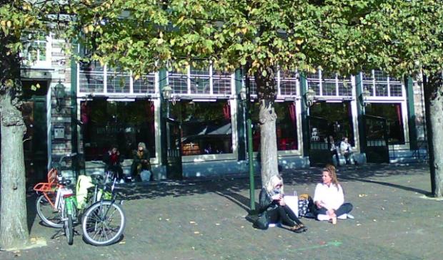 <p>Deze dames wilden liever een terrasje pakken, maar een picknick op de grond kan ook gezellig zijn.&nbsp;</p>