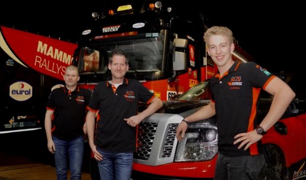 <p>Mitchel van den Brink (rechts) debuteert als rijder in de Dakar Rally. Richard Mouw (links) en Wilfred Schuurman zijn de co-piloten.</p>