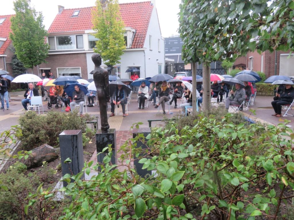 <p>Hardinxveld: De regen kan de 40 genodigden niet weghouden bij de onthulling van dit indrukwekkende monument</p> <p>Jan Wieman</p> © BDU media