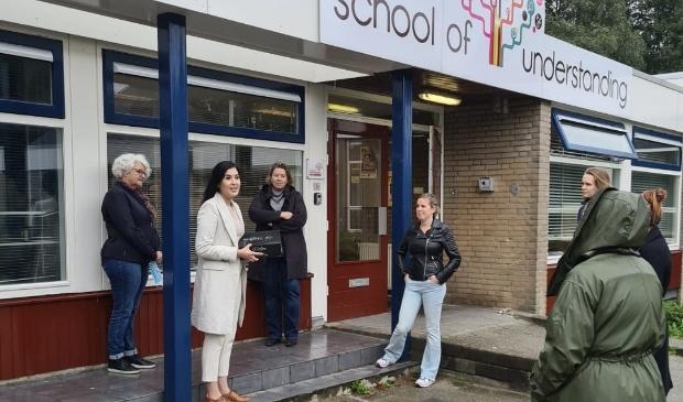 <p>Leraren van de School of Understanding en De Horizon werden door D66-raadsleden verrast met een taart </p>