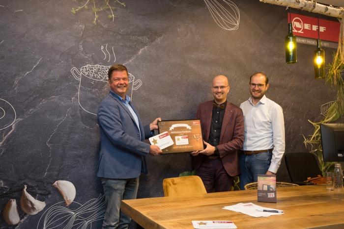 Bert en Johan ontvangen het MasterPartner certificaat uit handen van Robert, rayonmanager van NEFF.