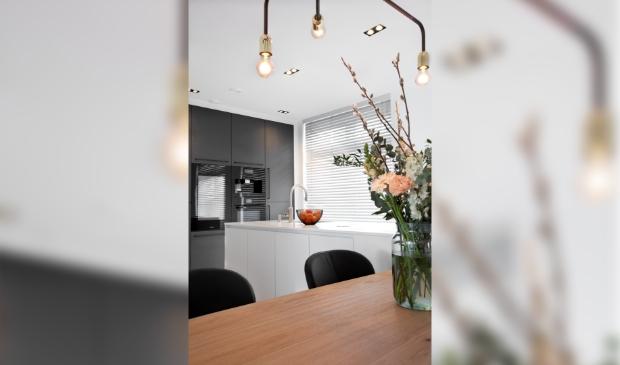 <p>Strak en minimalistisch wit, gecombineerd met antracietkleurig hout.</p>