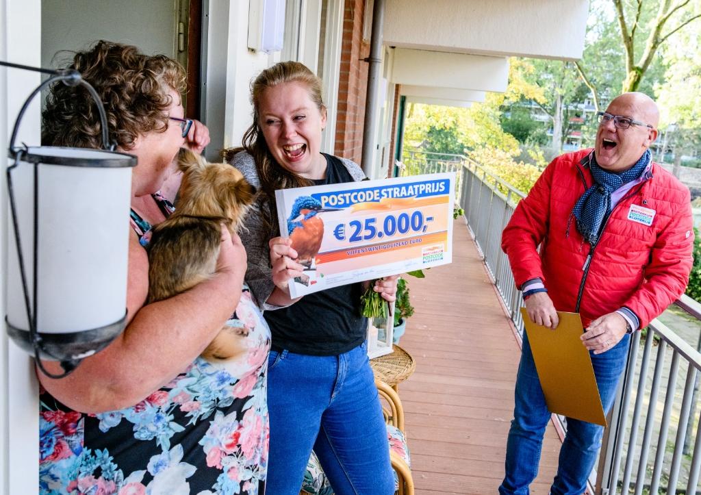 Ger en Destiny ontvangen een cheque. Roy Beusker Fotografie/Amy van Leiden © BDU media