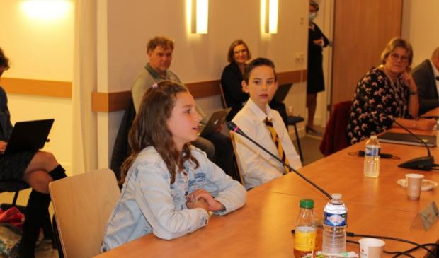 <p>De nieuwe kinderburgemeester, Nienke Sinkeldam, en haar voorganger Tim Hagemann.</p>
