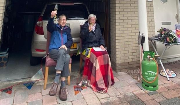 <p>Mevrouw Unkel uit Scherpenzeel wordt coronaproof in het zonnetje gezet voor haar 90ste verjaardag.</p>