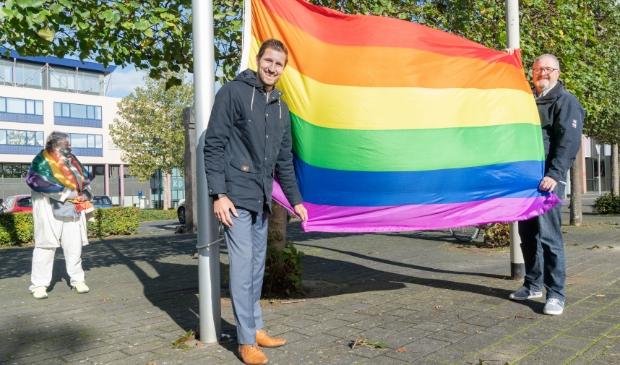<p>Wethouder Eelke Kraaijeveld hijst de Regenboogvlag op Coming-out day in oktober</p>