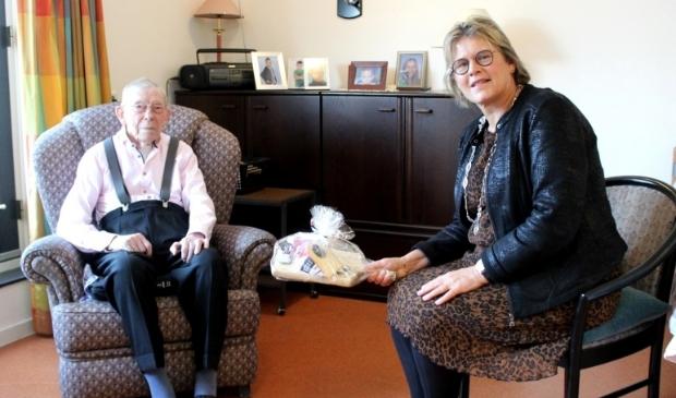 De jarige Woudenberg Frederik Kielder kreeg dinsdag bezoek van burgemeester Titia Cnossen.