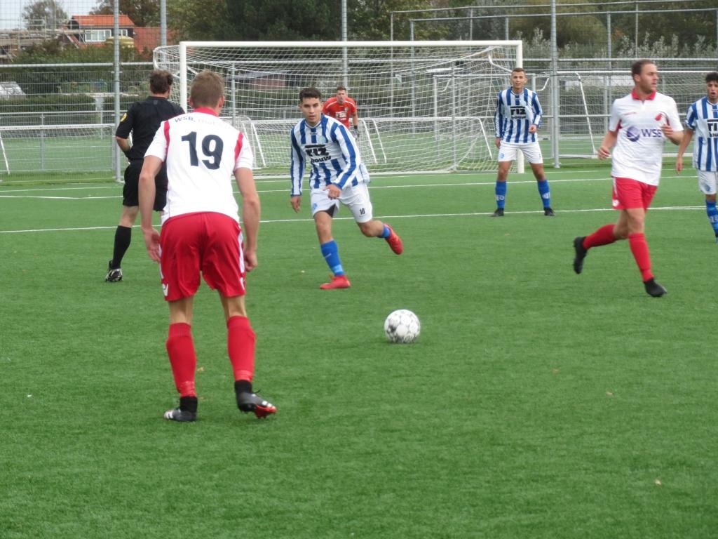 Danny van den Bout (19) in afwachting van de bal tegen Schohoven Teus Stam © BDU media