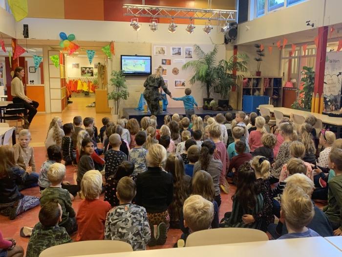 EEn dinosaurus heeft een ei gelegd op het podium Jan Heijman © BDU media