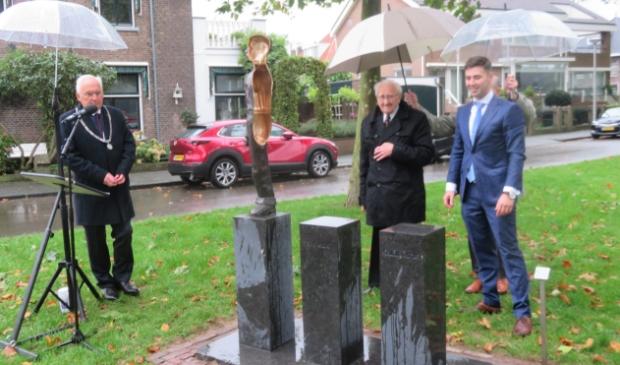 <p>Sliedrecht: dhr. Bos en Jan Willem Ruis onthullen het monument voor de Merwedegijzelaars</p> <p>Jan Wieman</p> © BDU media
