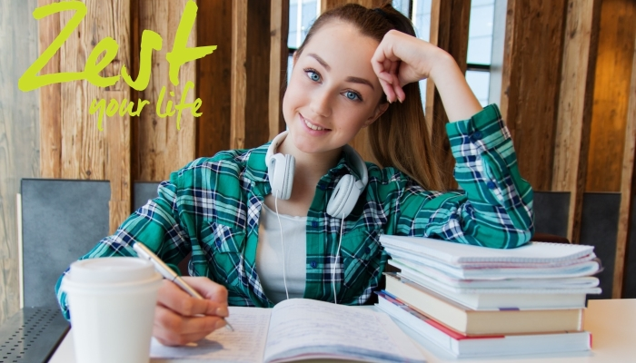 meisje mindful aan haar huiswerk