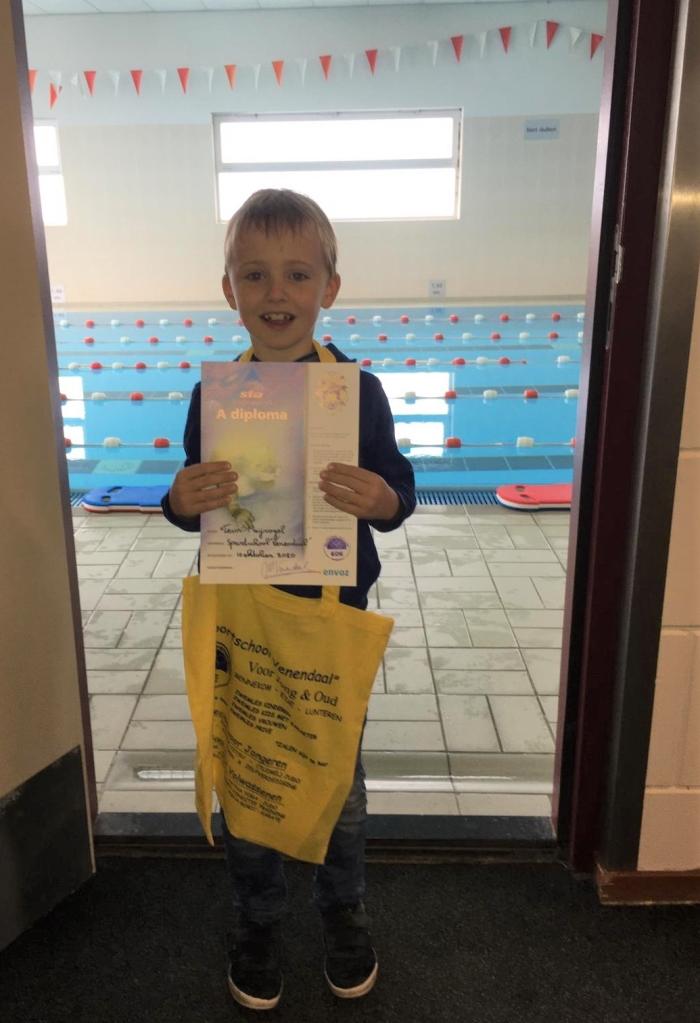Teun met zwem-diploma Fam Meijvogel © BDU Media