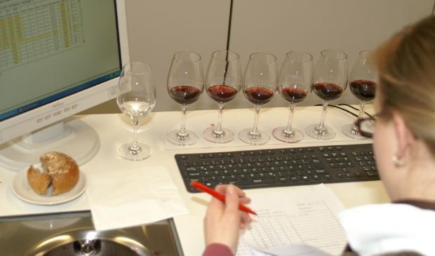 De keuring van de vele ingezonden wijnen is een serieuze aangelegenheid