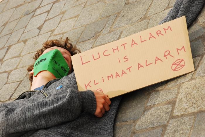 Een bezorgde burger beeldt de gevolgen van klimaat-en ecologische crisis uit