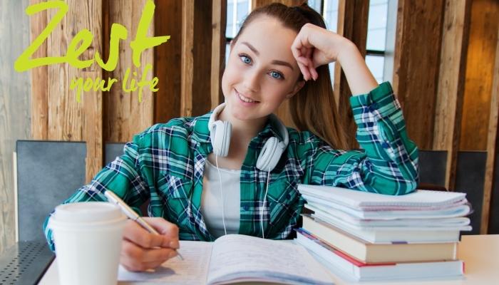 tienermeisje maakt huiswerk