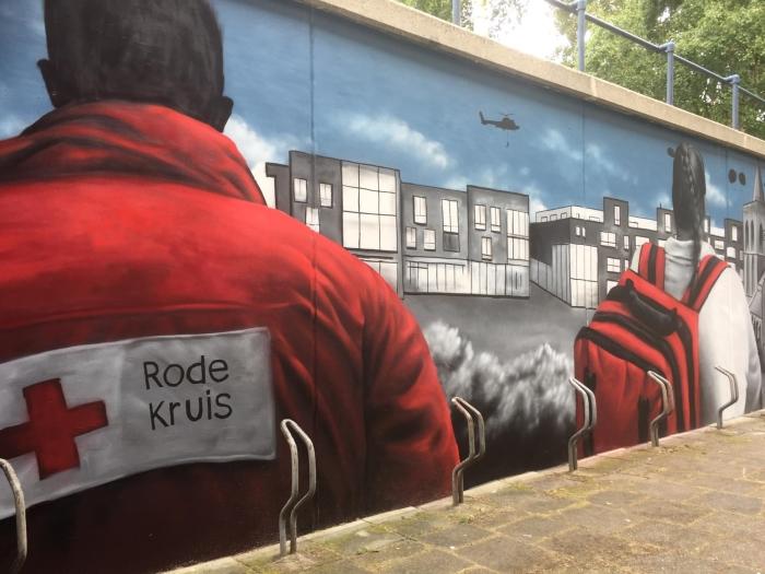 """De ingang van ons Rode Kruis gebouw is sinds kort voorzien van """"Street-Art""""door ROOS."""