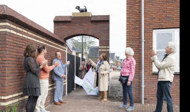 <p>Wethouders De Boer-Leijsma en Reijn onthullen een bronzen hond en kat in Zuidpolder, Eemnes. </p>