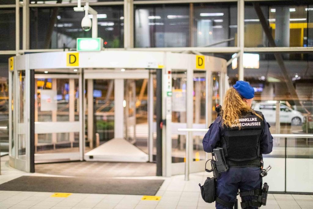 De Koninklijke Marechaussee heeft maandagavond een man in zijn been geschoten op Schiphol. Hij belaagde marechaussees met een mes in de vertrekhal. Even later hield de marechaussee nog een tweede verdachte aan die samen met de andere verdachte was gezien.  De man reageerde niet op herhaaldelijke oproepen om het mes neer leggen. De verdachte is met een ambulance afgevoerd, liet de marechaussee weten.  Over het motief van de man en de aanleiding voor het incident is volgens de Marechaussee nog niets te zeggen. Een onderzoek is ingesteld. Laurens Bosch © BDU media