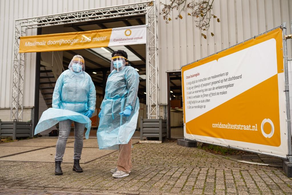 <p>Zo ziet de teststraat er uit.Medewerkers zijn 'ingepakt' volgens de veiligheidsregels.</p> <p>Christiaan de Groot</p> © BDU media