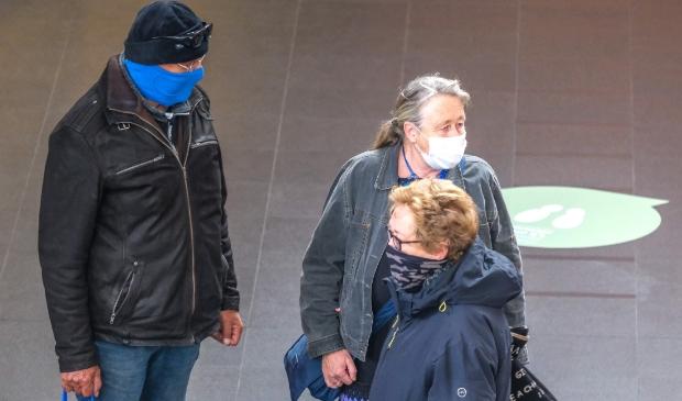 <p>De meeste menen kunnen zelf een mondkapje betalen, zoals deze mensen in winkelcentrum 4 Meren.</p>