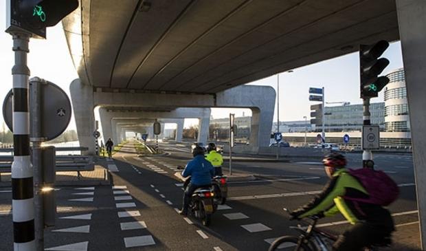 <p>Kruispunten op de Fokkerweg en Bosrandweg zijn in de spits vaak erg druk.</p> <p>Beeldbank Provincie Noord-Holland: Bas Beentjes</p> © BDU media
