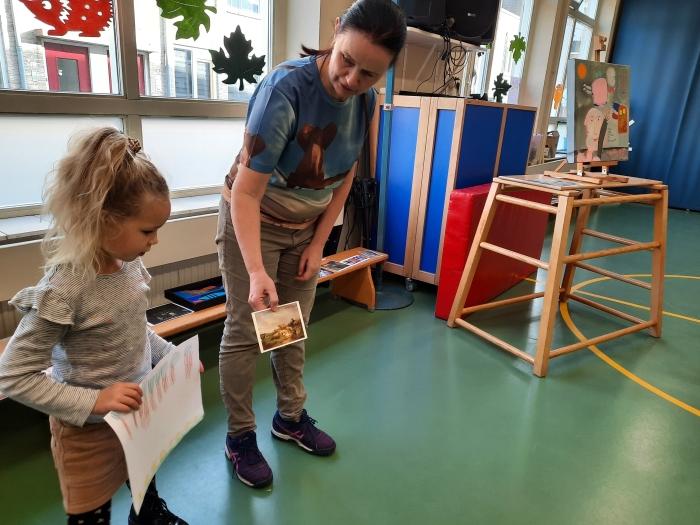 Marleen van Zwienen voert een Kunst Dialoog met kleuters van De Tamboerijn. Andra van Hofwegen © BDU Media
