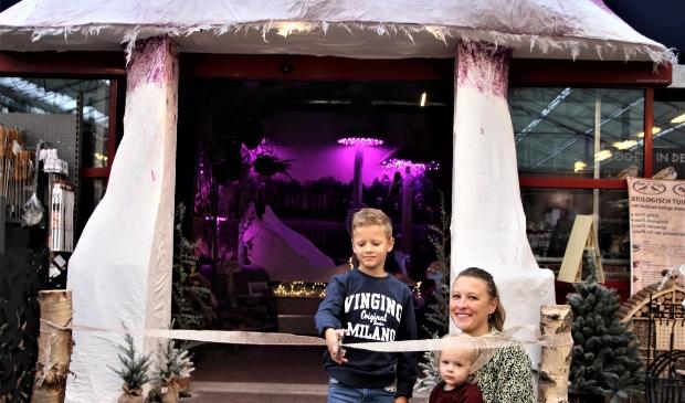 <p>Noah, de broer van Jo&euml;l, knipt de kerstshow open. Zus Anne kijkt goedkeurend toe.</p>