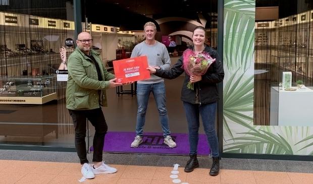 <p>Binnenstadsmanager Henny Jansen reikt de cheque aan Larissa Gerritsen uit Veenendaal.&nbsp;</p>