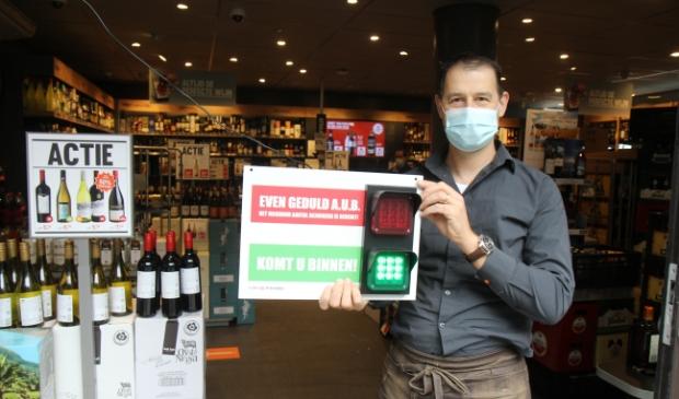 <p>Peter Warmerdam: &#39;Via een afstandsbediening bij de kassa kunnen we het licht op rood of groen zetten al naar gelang het aantal aanwezige klanten.&nbsp;&nbsp;</p>