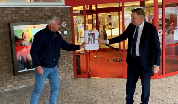 <p>Bovenkerker Erik Bakker overhandigt de handtekeningen aan wethouder Rob Ellermeijer.<br><br></p>