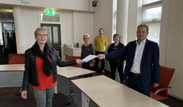 <p>Wethouder Jan Nederveen neemt het tweede deel van de handtekeningen in ontvangst van de activiteitengroep in oktober 2020.</p>