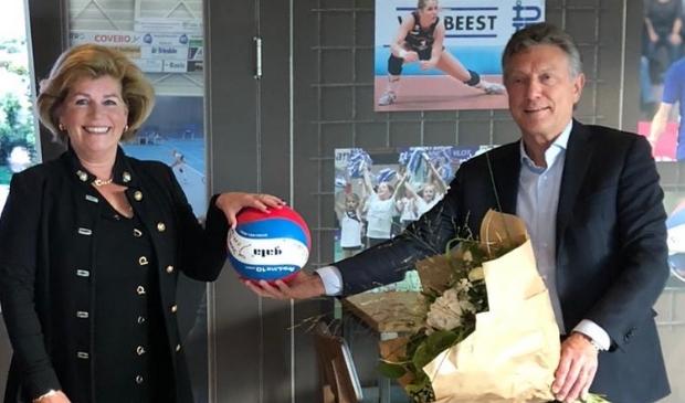 <p>Ad Riebergen, voorzitter Stichting Sportaccommodatie Benedenveer (r) bedankt Joke van Bakel, voorzitter Stichting De Kaai.</p>