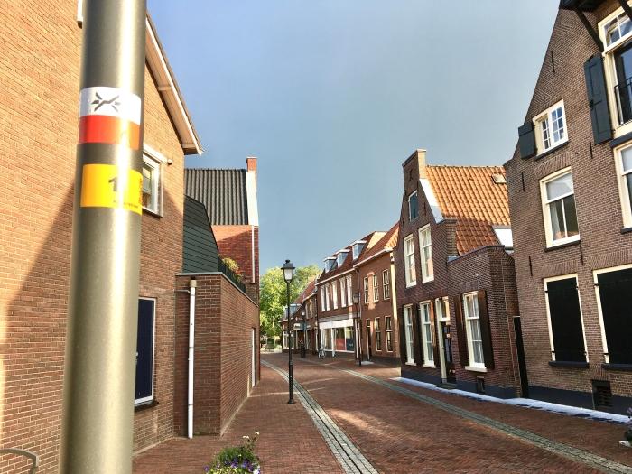 De wandelingen op 20 oktober lopen onder meer door de Kleterstraat. De wit- met rode sticker op de lantaarnpaal markeert het Westerborkpad, het langeafstandswandelpad in het teken van de Jodenvervolging.