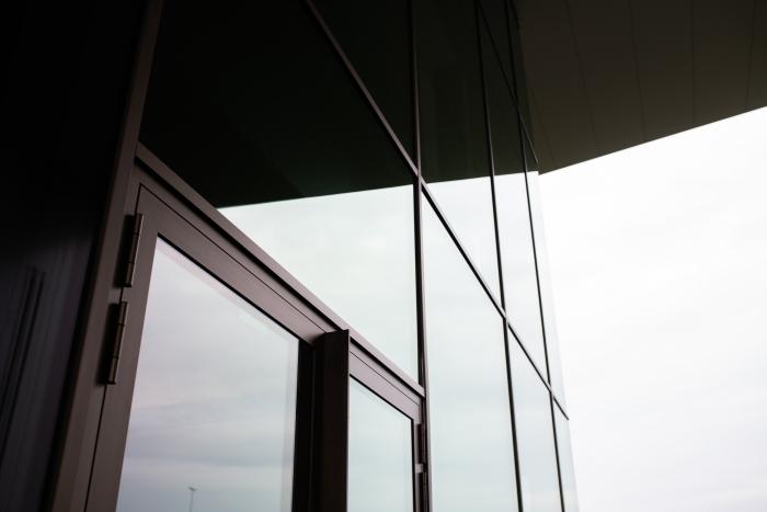 De contouren van de voordeur van de showroom