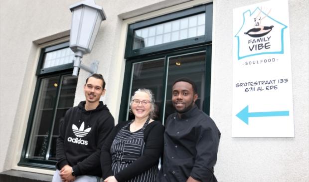 Vlnr: Tyrone Herben, Nathalie Obst en Jonathan Weindal bij het pand van de Grotestraat 133, waar restaurant Family Vibe is gevestigd.