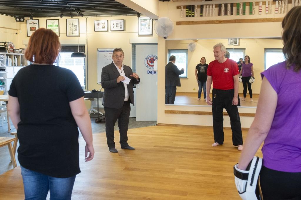 <p>Wethouder Gerard van Deelen hield bij de start van de training een korte toespraak waarin hij het belang van zelfverdediging onderstreepte.&nbsp;</p> <p>Rinus van Denderen</p> © BDU media