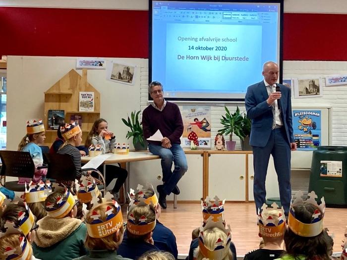 Wethouder Marchal en Jan Heijman en kinderen van De Horn