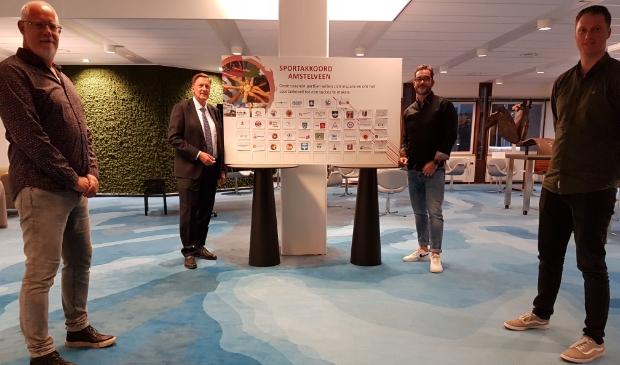 <p>Van links naar rechts: ambtenaar sportbeleid Tjipke Bokma, wethouder Rob Ellermeijer, co&ouml;rdinator sportakkoord Joris van Soerland en Tom Sloetjes (NOC*NSF) na de bekrachtiging van het Amstelveense Sportakkoord. </p>