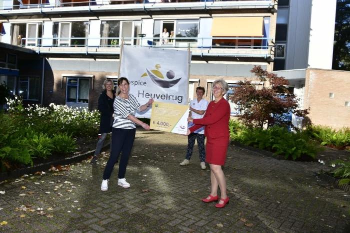 Uitreiking cheque aan hospice Heuvelrug