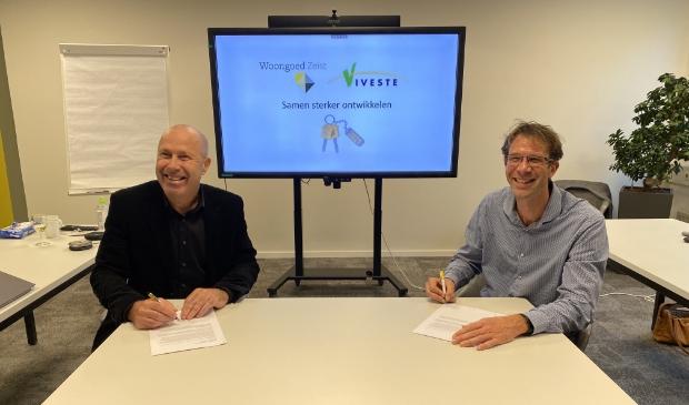 <p>Ondertekening intentieovereenkomst door de directeur-bestuurders Rob Wassenberg | Woongoed Zeist (links) en Batian Nieuwerth | Viveste (rechts) </p>