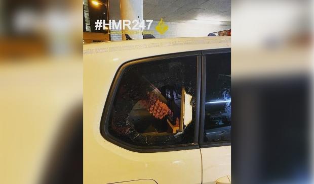 <p>Een van de jeugdigen vernielde de ruit van een politieauto.</p>