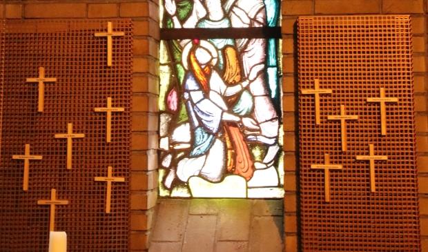 <p><strong>&nbsp;</strong>Gedachteniskruisjes in de H Familiekerk.</p>