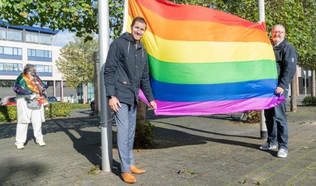 <p>Wethouder Eelke Kraaijeveld hees op coming-out day de regenboogvlag bij het gemeentehuis</p>